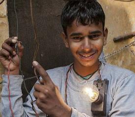 印度16岁男孩可抗11000伏高压电电击/